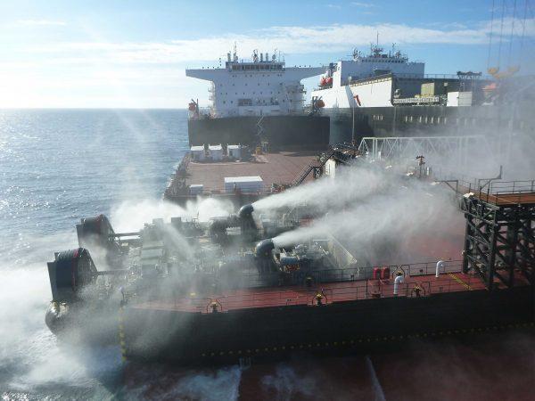 Poduszkowiec desantujący się z pokładu USNS Montford Point