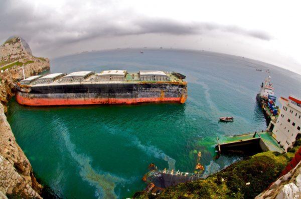 Wrak MV Fedra na skałach przy latarni morskiej na Europa Point (fot. Steven Bennett)