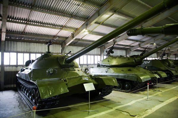 Czołg superciężki IS-7 - z tyłu widać czołg ciężki IS-4 (fot. Wikimedia Commons)