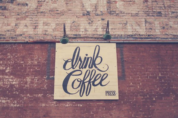 Wiele osób kawą wita każdy poranek – latem i zimą, świątek piątek i w niedzielę.