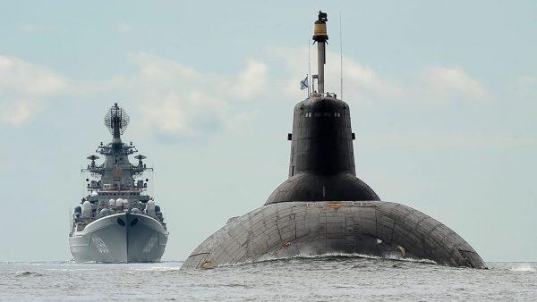 Atomowy krążownik rakietowy Piotr Wielki i największy okręt podwodny na świecie TK-208 Dmitrij Dońskij w Zatocie Fińskiej (fot. Leif Rosas)