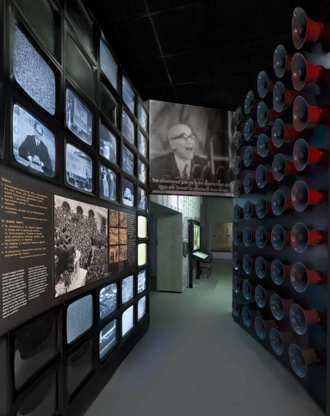 Ekspozycja w Muzeum Historii Żydów Polskich POLIN poświęcona wydarzeniom marcowym w 1968 roku (fot. wikipedia.org)