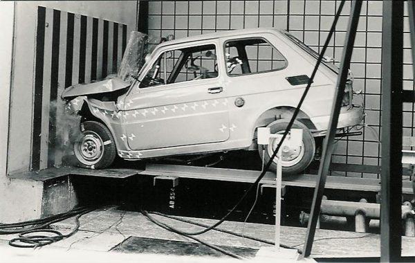 """Test zderzeniowy prototypowego Fiata 126p 650NP """"Ryjek"""" w warszawskim PIMOT"""
