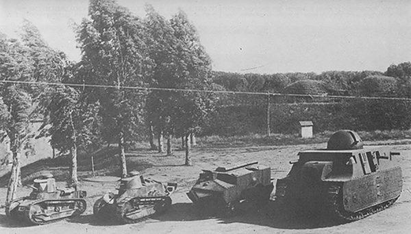 Ciekawe zdjęcie obrazujące rozmiary Fiata 2000 (po prawej). Od lewej widać Fiata 3000, Renault FT i Schneider CA1