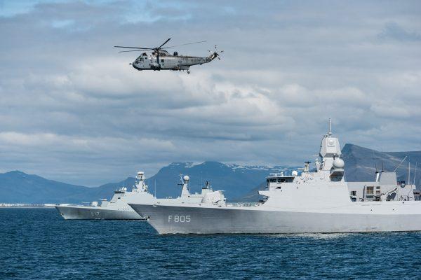 Kanadyjski SH-3 Sea King nad HNLMS Evertsen (F805) i HDMS Esbern Snare (fot. FRAN CPO Christian Valverde)
