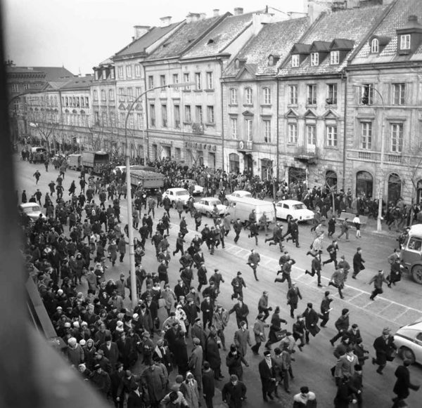 Krakowskie Przedmieście po interwencji Milicji na Uniwersytecie Warszawskim - 8 marca 1968 roku (fot. Tadeusz Zagodziński)