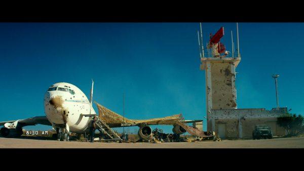 Fragment filmu 13 godzin: Tajna misja w Benghazi w którym widać Boeinga 720-047B N720JR