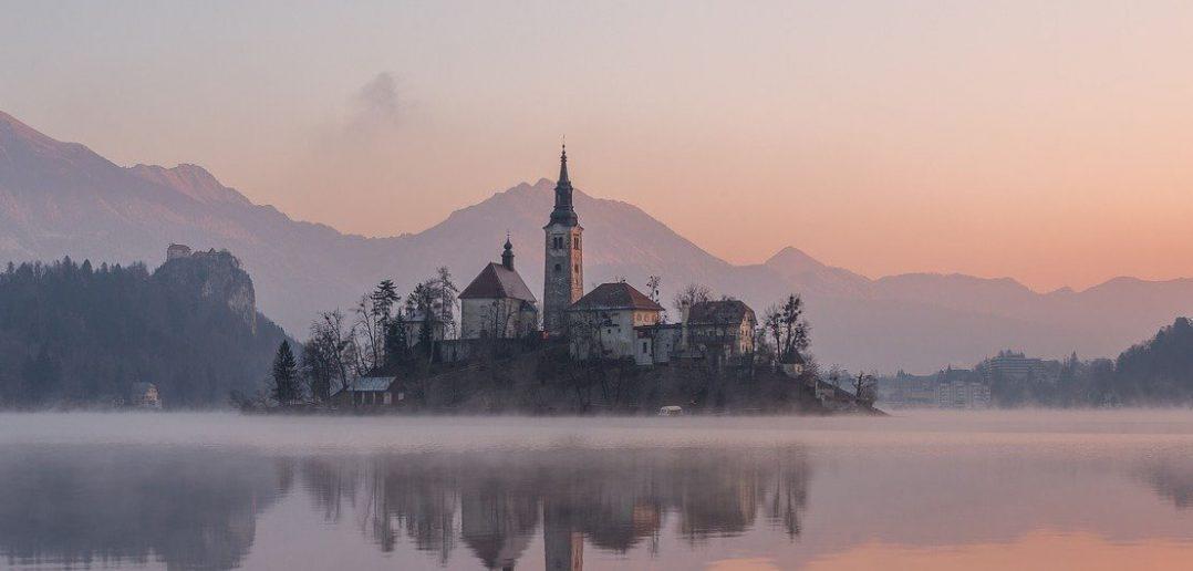 Wyspa Blejski Otok na jeziorze Bled w Słowenii