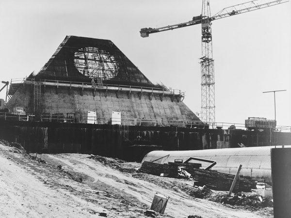 Stanley R. Mickelsen Safeguard Complex w trakcie budowy - widoczny budynek to Missile Site Radar (MSR)