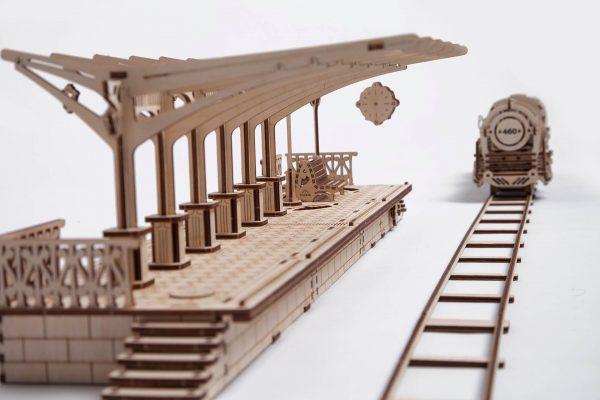 Model stacji kolejowej i lokomotywy (fot. UGears/gadgeet.pl)