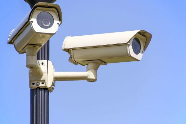 Kiedy myślimy o monitoringu, przed naszymi oczami zwykle pojawia się widok analogowych kamer przemysłowych, na tle dużego sklepu lub magazynu. Obecne na rynku miniaturowe kamery dla indywidualnego klienta miały do tej pory wygórowane ceny, a ich montaż był skomplikowany.