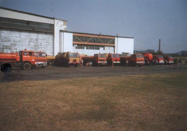 Beczkowozy i cysterny wykorzystywane do transportowania środków gaśniczych dla Dromaderów wykorzystywanych podczas gaszenia pożaru w lesie koło Kuźni Raciborskiej