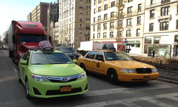 Nowojorskie taksówki współcześnie - po lewej boro taxi, a po prawej yellow cab (fot. Z22)