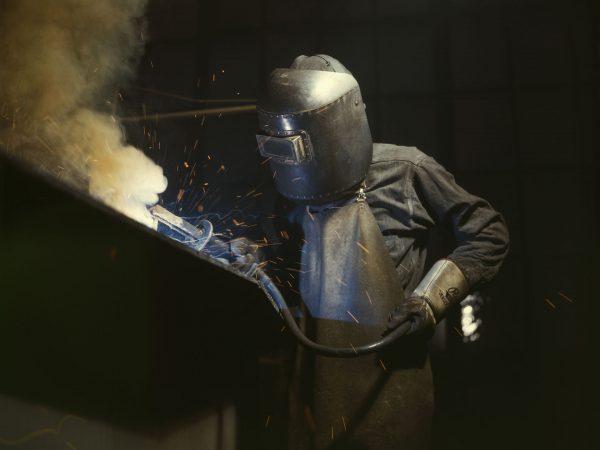 Spawacz podczas prac przy kotle okrętowym w Combustion Engineering Co. - 1942 rok (fot. Alfred Palmer)