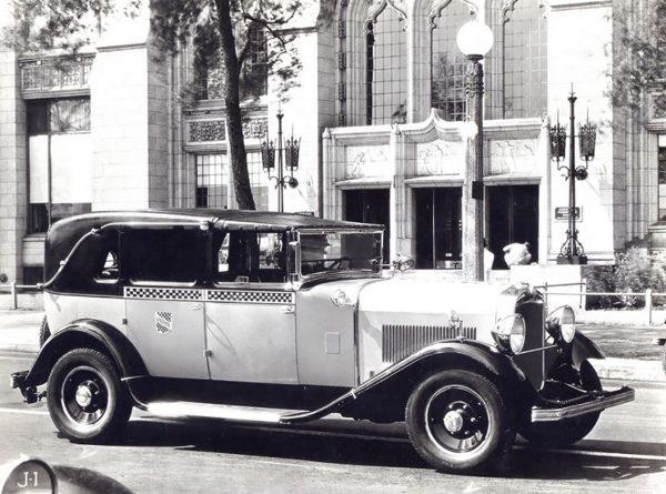 Jedna z nowojorskich taksówek w latach 20.
