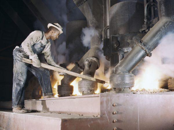 Robotnik przy piecu hutniczym (fot. Alfred Palmer)