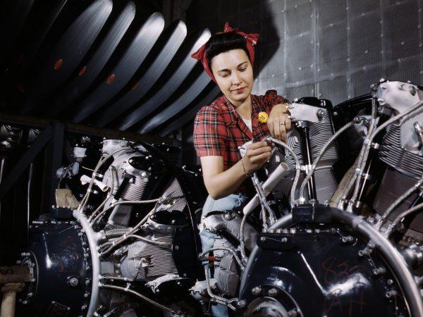 Pracownica zakładów North American Aviation podczas prac nad silnikiem (fot. Alfred Palmer)