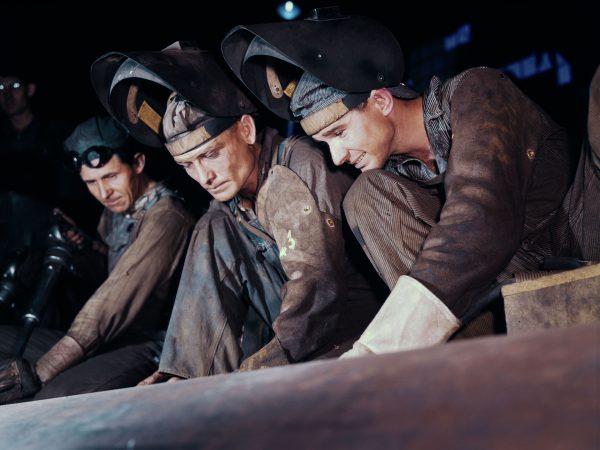 Spawacze podczas prac przy kotle okrętowym w Combustion Engineering Co. - 1942 rok (fot. Alfred Palmer)