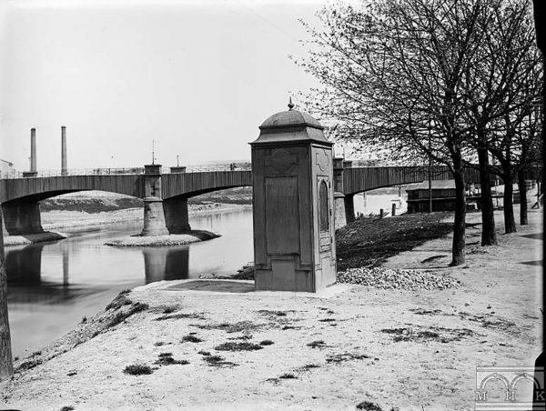 Podgórze - stacja pomiarów wodnych, w tle most cesarza Franciszka Józefa, około 1900 r. (fot. MHK)