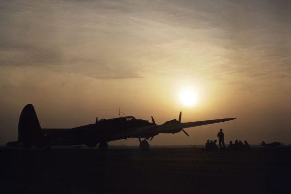 Wschód słońca nad Langley Field - na pierwszy planie prototyp YB-17 (fot. Alfred Palmer)