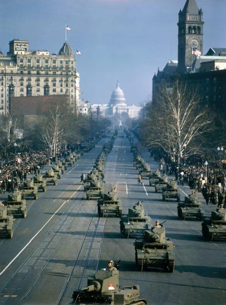 Czołgi M2A4 na Pannsylvania Avenue w Waszyngtonie (część źródeł podaje rok 1947, jednak w tym okresie czołgi te nie były już eksploatowane)