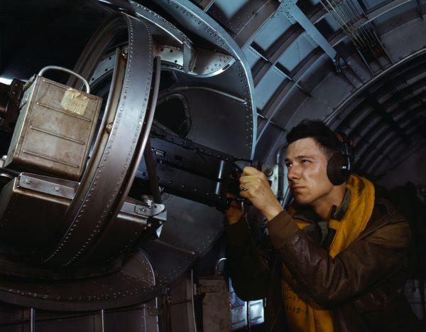 Strzelec bocznego karabinu maszynowego w YB-17 - 1942 rok (fot. Alfred Palmer)