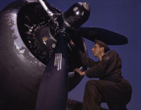 Technik sprawdza silnik A-20 Havoc (fot. Alfred Palmer)