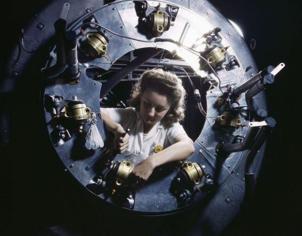 Montaż elementów silnika w B-25 Mitchell (fot. Alfred Palmer)