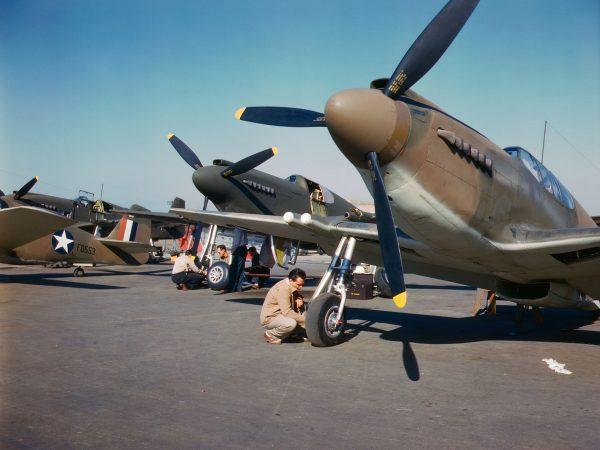 Przygotowywane do oblotu myśliwce North American NA-91 Mustang - 1942 rok (fot. Alfred Palmer)