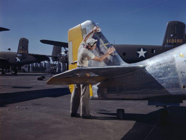 North American P-51 Mustang podczas prac wykończeniowych (fot. Alfred Palmer)