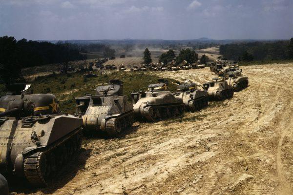 Amerykańskie M3 Lee, M3 Stuart i M4 Sherman w Fort Knox w czerwcu 1942 roku (fot. Alfred Palmer)