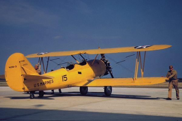 Dwupłatowy samolot szkoleniowy i holowniczy N3N-3 należący do US Marine Corps w Perris Island w 1942 roku (fot. Alfred Palmer)