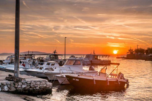Jako, że większość ludzi tradycyjnie wybiera wakacje w czasie najgorętszych miesięcy, październik w Chorwacji kusi spokojem i brakiem tłumów. To okres kiedy bez problemu znajdziemy miejsce na jacht w nawet najpopularniejszych portach