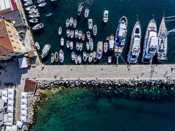 Czarter jachtów w szczycie sezonu potrafi być problematyczny. Lipiec i sierpień to czas kiedy chorwackie plaże i miasteczka pełne są turystów, a znalezienie miejsca w porcie nierzadko graniczy z cudem.