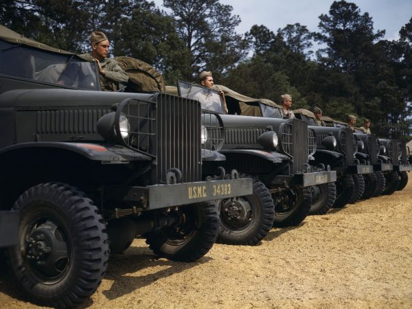 Samochody ciężarowe US Marine Corps w New River - 1942 rok (fot. Alfred Palmer)