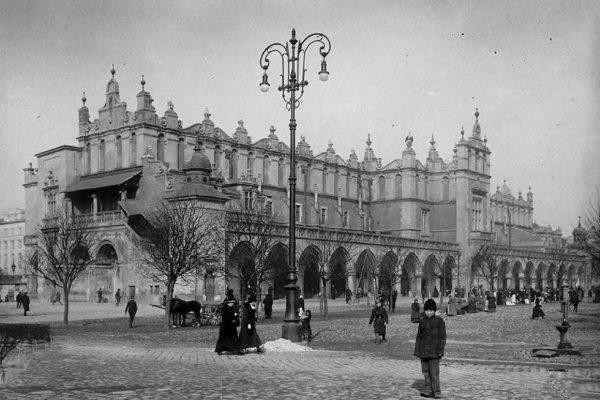 Krakowskie sukiennice w latach 1900-1915 (fot. fotopolska.eu)