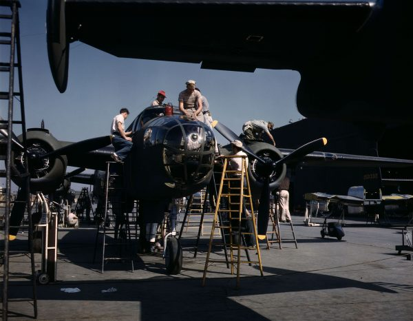 North American B-25 Mitchell podczas prac wykończeniowych (fot. Alfred Palmer)