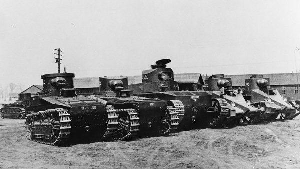 Przegląd różnych prototypów czołgów zaprojektowanych na przełomie lat 20. i 30. -widać czołgi lekkie T1, czołg średni T2 oraz dwa prototypowe czołgi Christiego