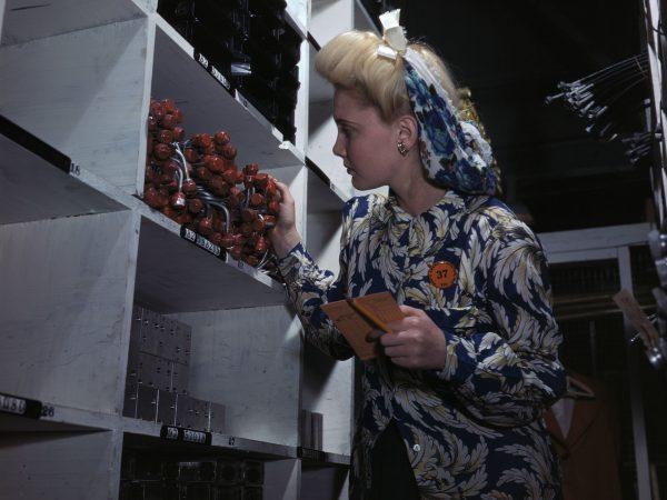 Pracownica zakładów North American Aviation podczas sprawdzania numerów części (fot. Alfred Palmer)