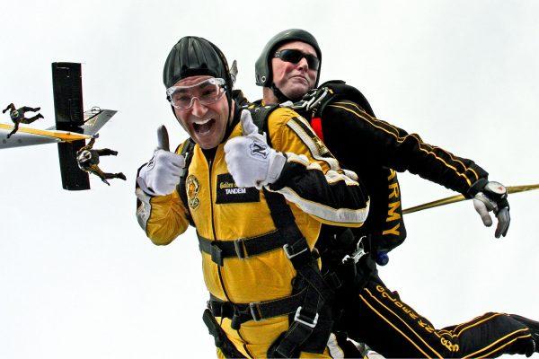 Nie każdy sam zdecydowałby się na skok z spadochronem. Zawsze można taki skok sprezentować!