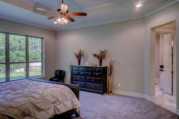 Jeśli chodzi o elementy dekoracyjne ścian, spotyka się ich dwie podstawowe odmiany. Są to listwy oraz rozety dekoracyjne.