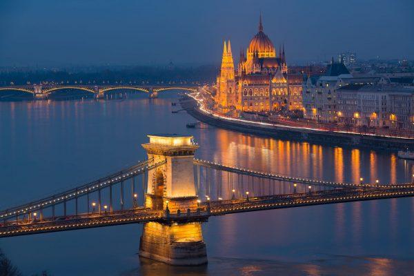 Most Łańcuchowy w Budapeszcie, w tle widać budynek parlamentu
