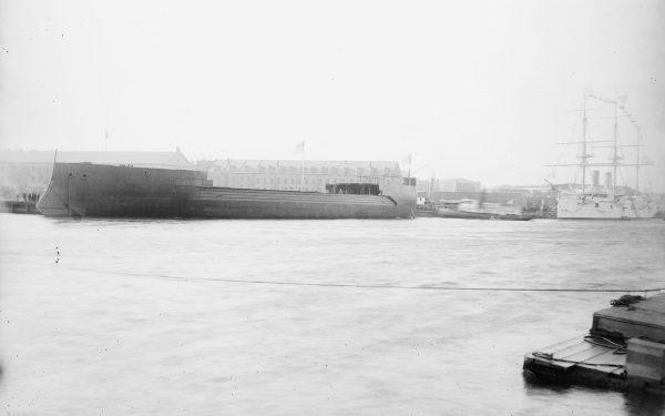 Kadłub USS Maine (ACR-1) po wodowaniu