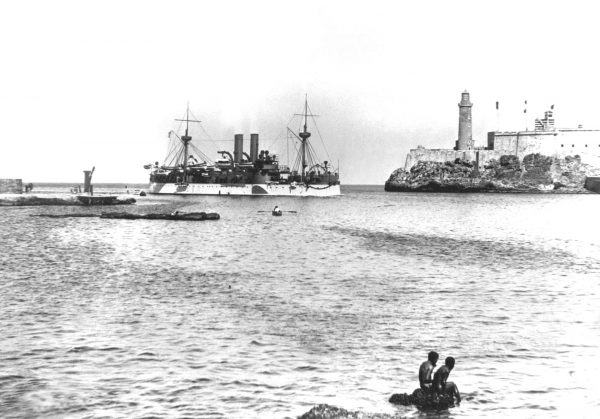 USS Maine (ACR-1) wchodzący do Hawany