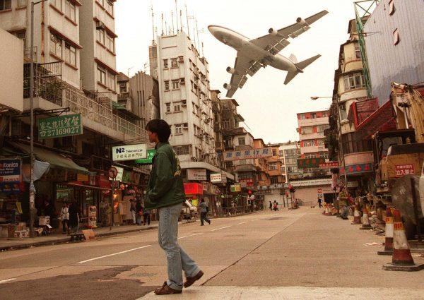 Podejście do lądowania na Kai Tak Airport było bardzo efektowne i niebezpieczne (fot. Vincent Yu)