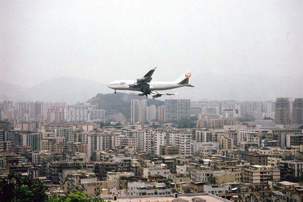 Podejście do lądowania na Kai Tak Airport było bardzo efektowne i niebezpieczne (fot. tropicalisland.de)