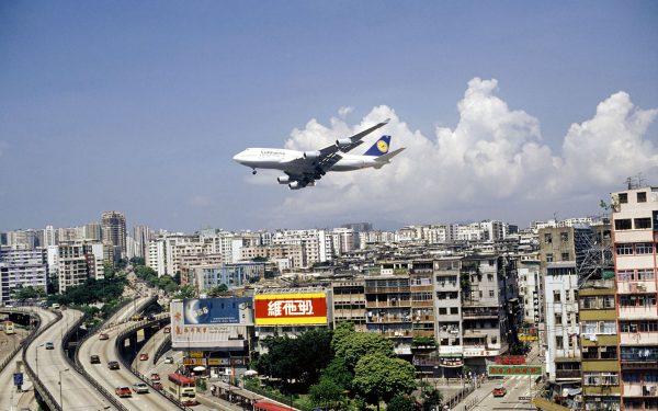 Podejście do lądowania na Kai Tak Airport było bardzo efektowne i niebezpieczne (fot. travelandleisure.com)