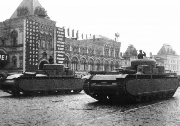 Prototypy T-35 podczas defilady w Moskwie