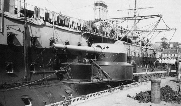 Zbliżenie na burtowe wieże artylerii pomocniczej pancernika Carnot