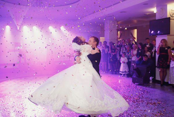 Suknia ślubna zawsze będzie kojarzona z bielą i nadal większość kreacji będzie w tym kolorze. Jednak o jednolitej bieli możemy już zapomnieć. W modę wchodzą kolorowe dodatki.
